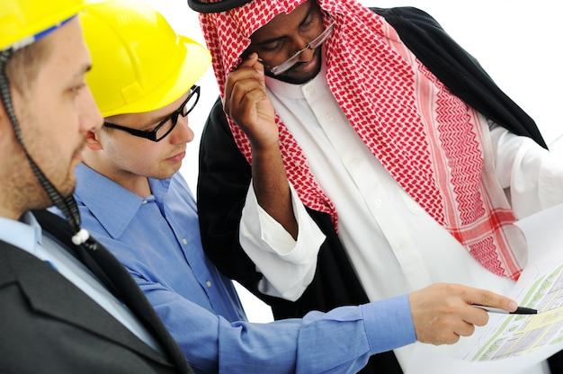 Ludzie biznesu o konsultantach o nowym projekcie na bliskim wschodzie