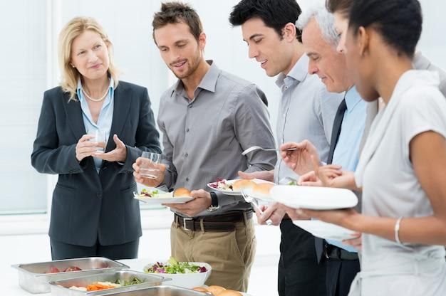 Ludzie biznesu o posiłek razem