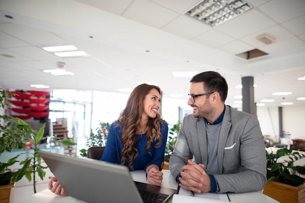 Ludzie biznesu o spotkanie w nowoczesnym biurze