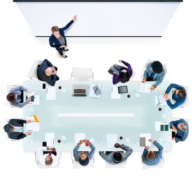 Ludzie biznesu o spotkaniu w biurze