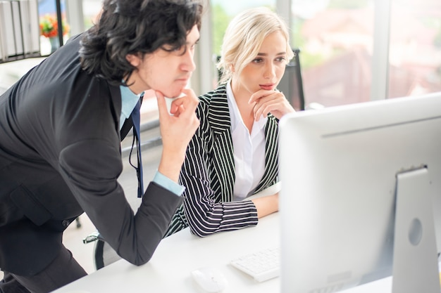 Ludzie biznesu odczuwają stres związany z problemem biznesowym
