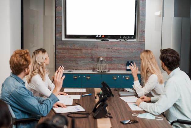Ludzie biznesu oglądając ekran