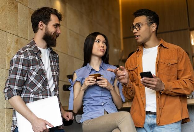 Ludzie biznesu omawiają uruchomienie, rozmowę, komunikację w biurze