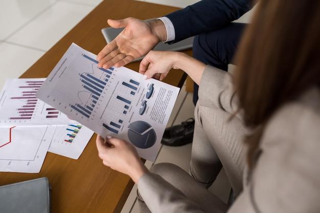 Ludzie biznesu, omawiając wykresy danych