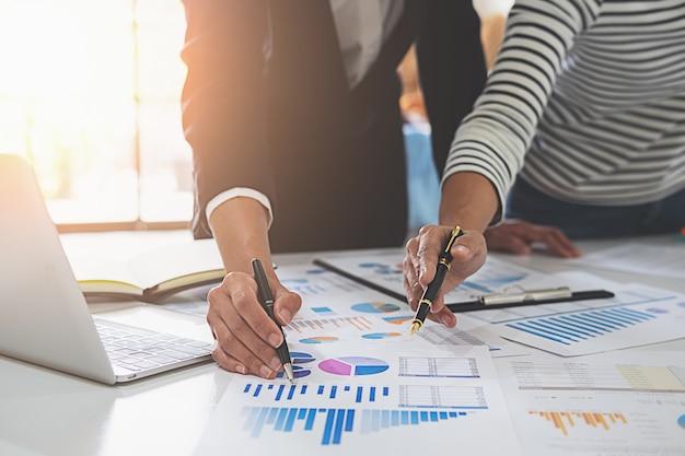 Ludzie biznesu, omawiając wykresy i wykresy pokazujące wyniki