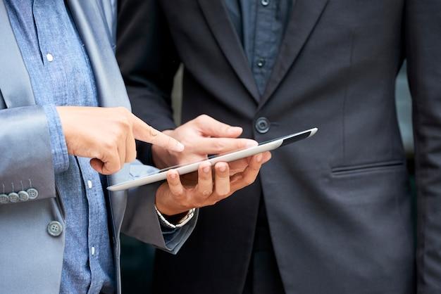 Ludzie biznesu omawiający nową aplikację