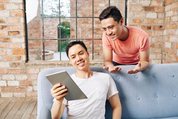 Ludzie biznesu omawiający pomysł na cyfrowym tablecie