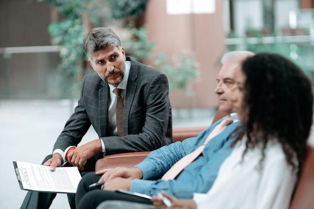 Ludzie biznesu omawiający szczegóły nowej umowy