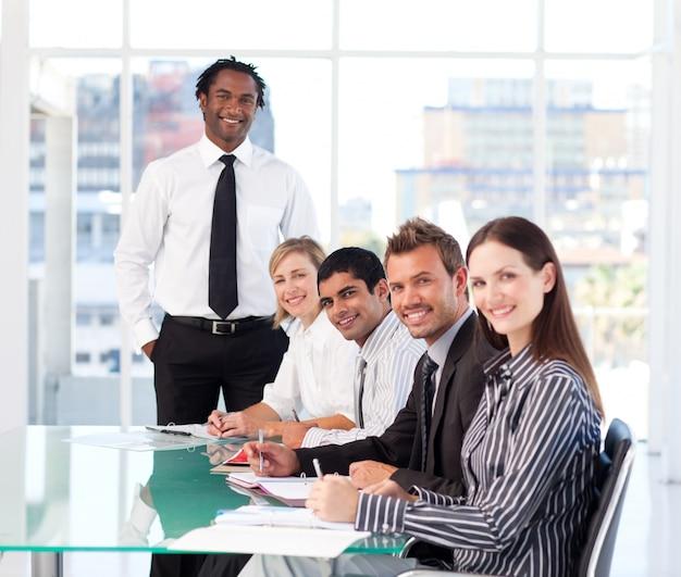 Ludzie biznesu patrzeje kamerę w spotkaniu