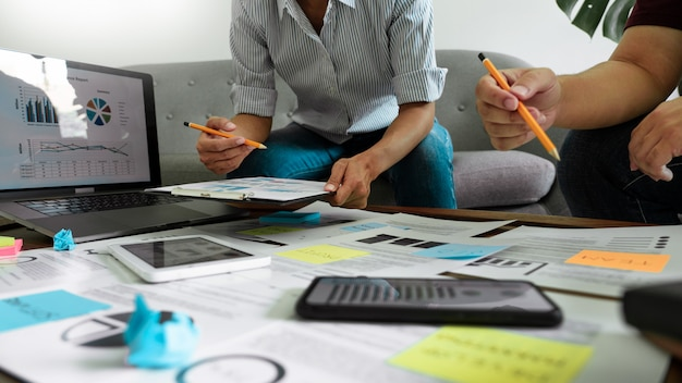 Ludzie biznesu pisze na kleistych notatkach dla kolegów myślących strategia biznesplan lub problem w coworking biurze, różnorodny brainstorm biznesowego spotkania pojęcie.