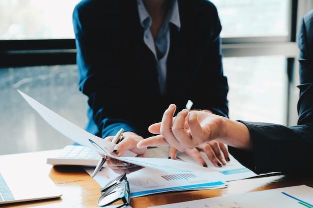 Ludzie biznesu planuje strategię analizę z pieniężnego dokumentu raportu, biurowy pojęcie