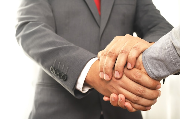 Ludzie biznesu podają sobie ręce, aby zakończyć spotkanie i pewność siebie
