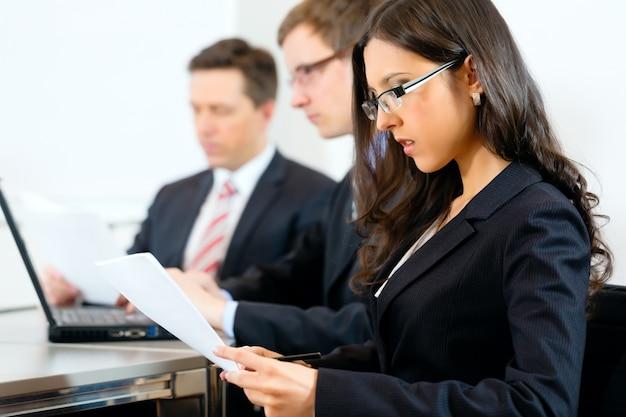 Ludzie biznesu podczas spotkania w biurze