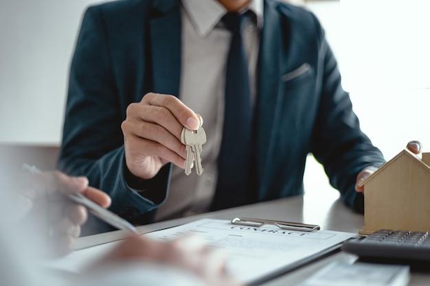Ludzie biznesu podpisanie umowy zawierania umowy z agentem nieruchomości koncepcja konsultanta i koncepcji ubezpieczenia domu.