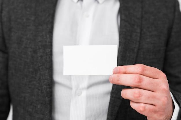Ludzie biznesu pokazuje pustą wizytówkę