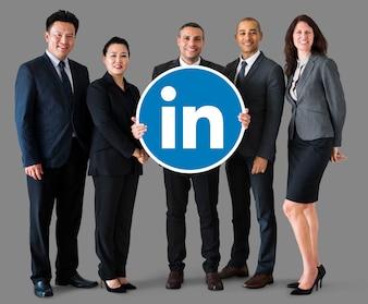 Ludzie biznesu posiadający logo Linkedin