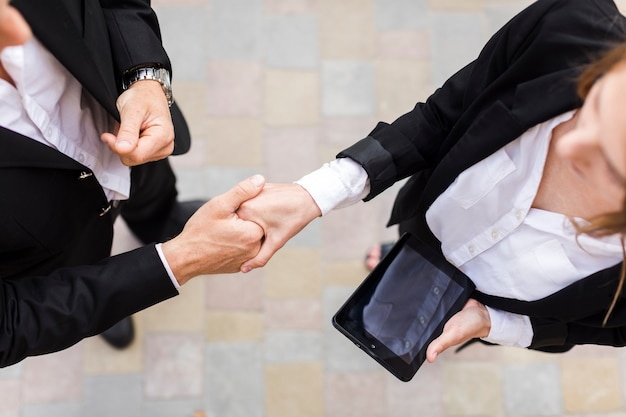 Ludzie biznesu potrząsają rękami