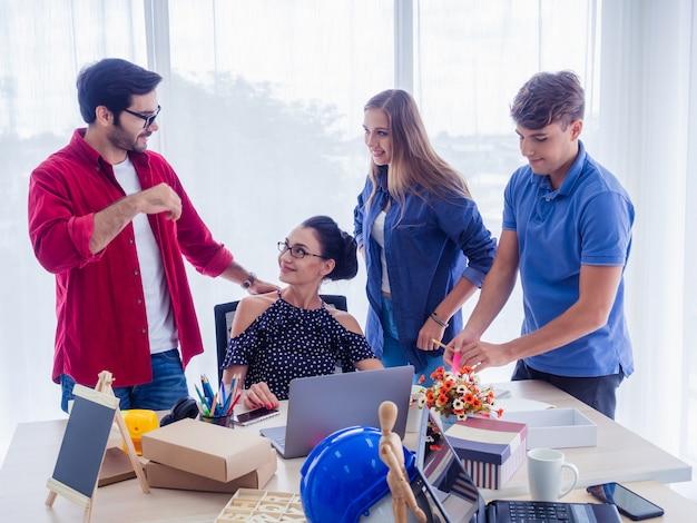 Ludzie biznesu pracują razem i spotykają się, aby omówić sytuację na biznesie, koncepcja biznesowa