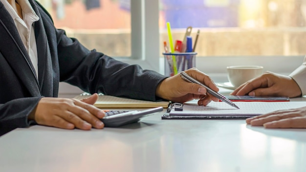 Ludzie biznesu pracujący razem na biurkach w koncepcji pracy zespołowej sali konferencyjnej biura, nieostrość.
