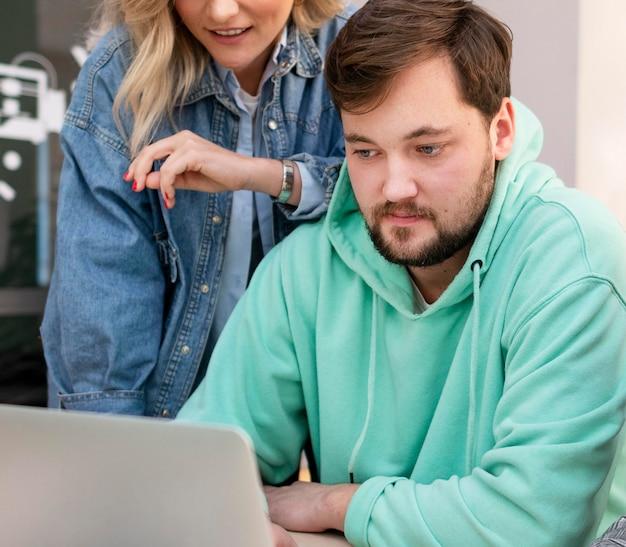 Ludzie biznesu pracujący razem nad nowym projektem