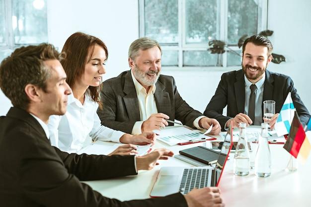 Ludzie biznesu pracujący razem przy stole. koncepcja spotkania lub szczytu