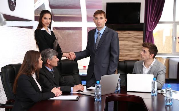 Ludzie biznesu pracujący w sali konferencyjnej