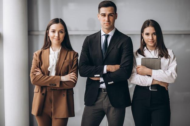 Ludzie biznesu pracujący w zespole w biurze
