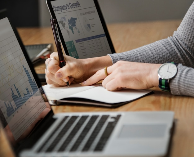 Ludzie biznesu pracuje na laptopie