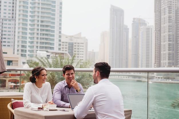 Ludzie biznesu pracuje poza biurowym dużym miastem panoramicznym widokiem. rozmowa kwalifikacyjna.