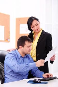 Ludzie biznesu pracuje przy biurem