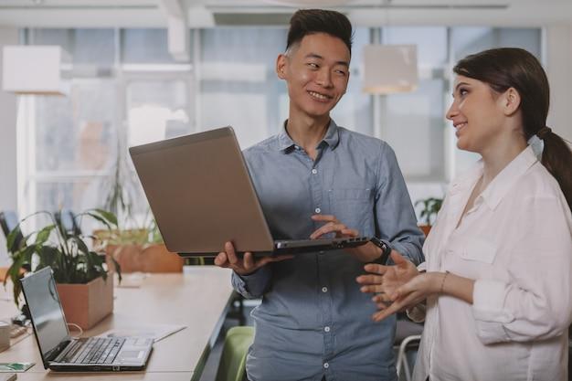 Ludzie biznesu pracuje razem w biurze