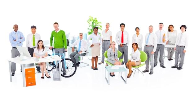 Ludzie biznesu pracuje w zielonym biurze