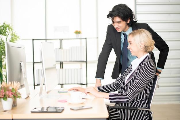 Ludzie biznesu pracuje z komputerem