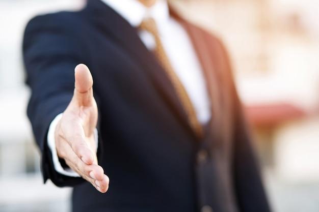 Ludzie biznesu proszą o uścisk dłoni, aby robić interesy