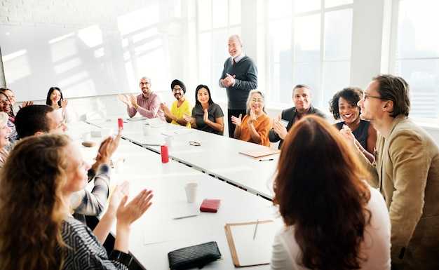 Ludzie biznesu prowadzą dyskusję
