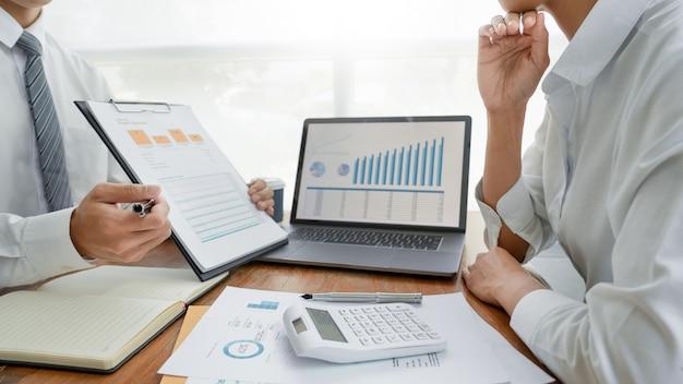 Ludzie biznesu rozmawia dyskutuje ze współpracownikiem planuje analizy danych finansowych dokumentów wykresów