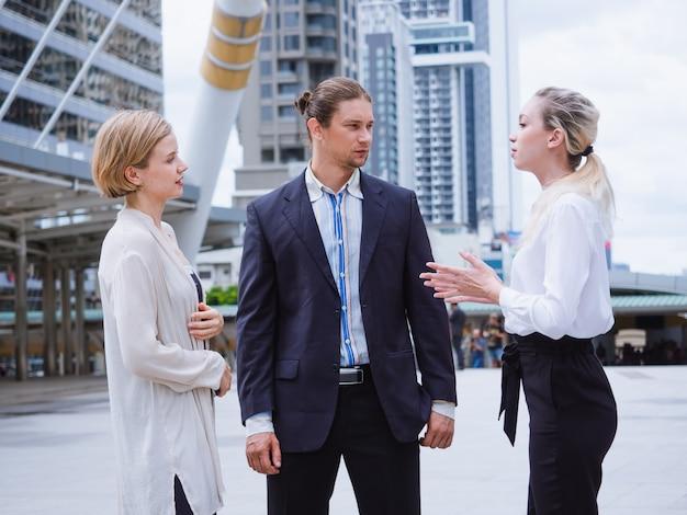 Ludzie biznesu rozmawiają poza biurem