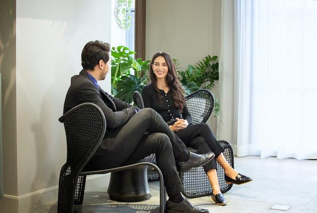 Ludzie biznesu rozmawiają w biurze za pomocą cyfrowego tabletu i komputera