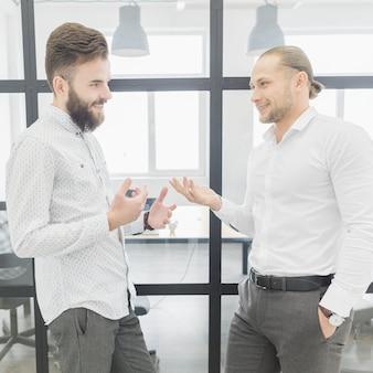 Ludzie biznesu, rozmowy w biurze