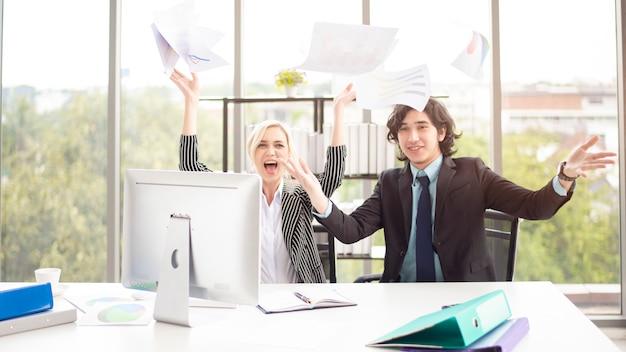 Ludzie biznesu są zadowoleni z sukcesu w biurze
