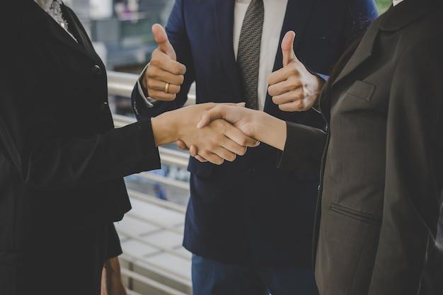 Ludzie biznesu, ściskając ręce, kończąc spotkania. pomysł na biznes.