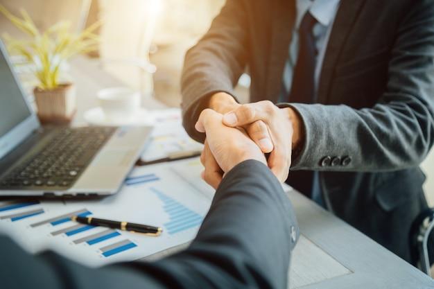 Ludzie biznesu, ściskając ręce partnera udanego lidera zespołu i spotkanie biznesowe.