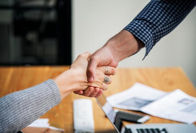 Ludzie biznesu, ściskając ręce w porozumieniu
