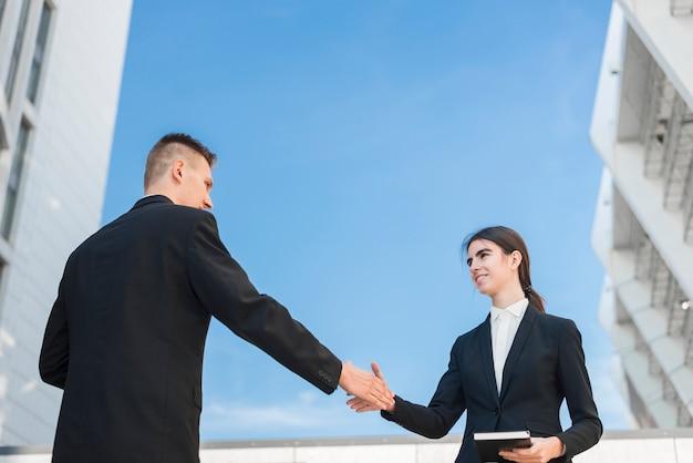 Ludzie biznesu, ściskając ręce