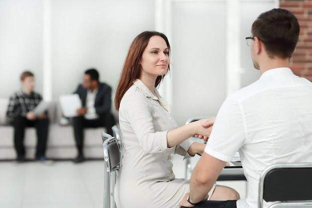 Ludzie biznesu siedzą w holu centrum biznesowego. zdjęcie z miejscem na kopię