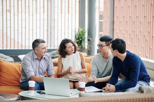Ludzie biznesu słuchają kolegi