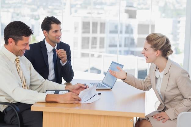Ludzie biznesu śmieją się z rozmówcą