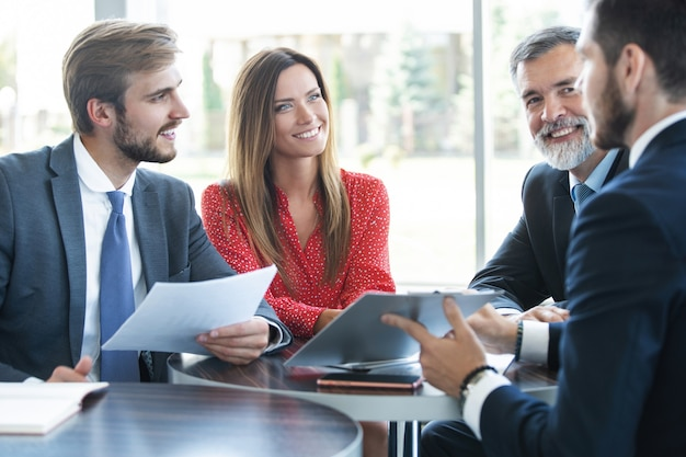 Ludzie biznesu spotkanie dyskusja komunikacja koncepcja biura pracy