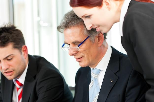 Ludzie biznesu - spotkanie zespołu w biurze