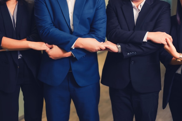 Ludzie biznesu spotykają ręki wpólnie w linii